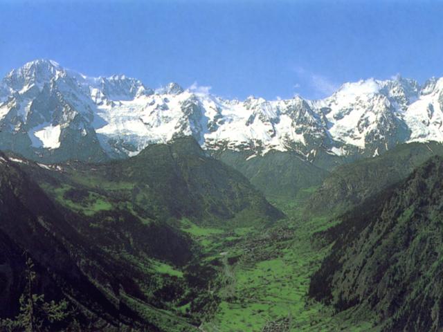 La valle di Courmayeur e il massiccio del Monte Bianco