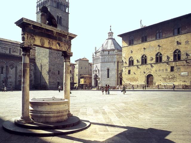 Pistoia: veduta del Battistero e del Palazzo Pretorio