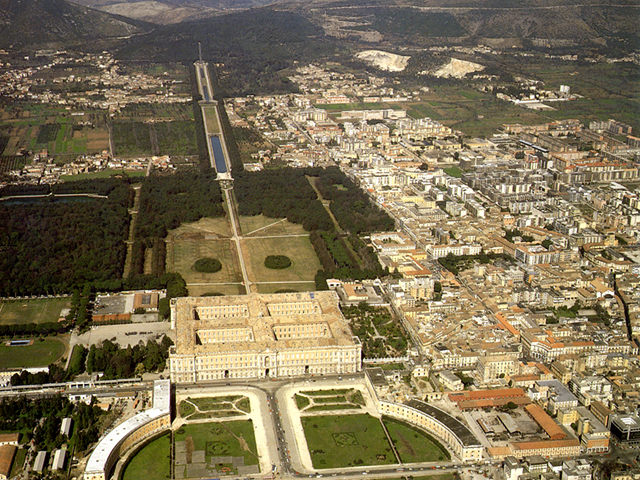 Veduta aerea della reggia e della città di Caserta