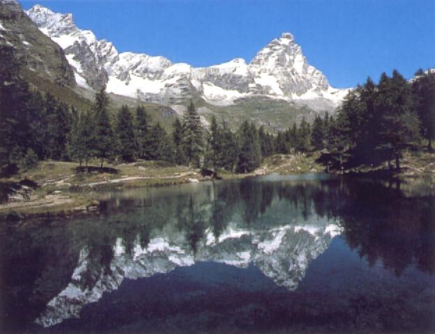 Il lago Bleu nei pressi di Breuil-Cervinia; sullo sfondo, il Cervino