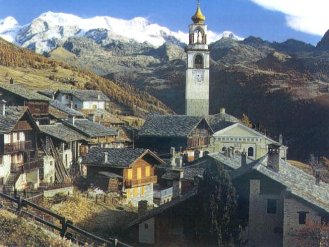 Valle d'Aosta: Il campanile di S. Martino ad Antagnod. Sullo sfondo, il Monte Rosa