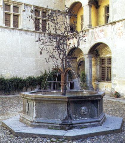 La fontana del cortile nel castello di Issogne, in Valle d'Aosta