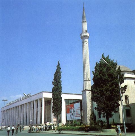 La moschea di Haxhi Etehem Bey e il palazzo della Cultura a Tirana