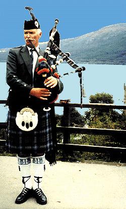 Suonatore scozzese di cornamusa con il tipico kilt