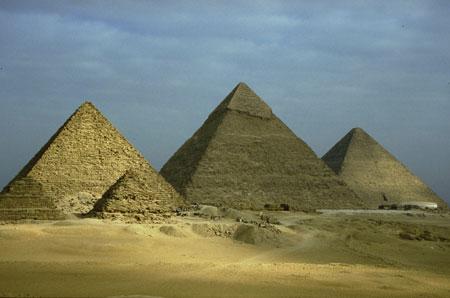 Vista delle piramidi di Giza fatte costruire dai faraoni della IV dinastia.