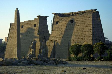 Vista del pilone del tempio di Amon a Luxor edificato da Ramesse II XIX dinastia.