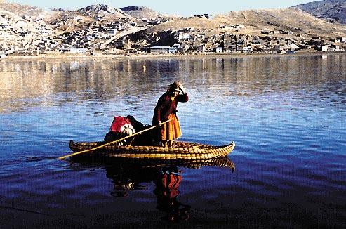 Piroga sul lago Titicaca, in Perù